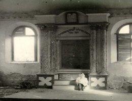 Ócsa, zsinagabelső a frigyszekrény helyével 1944 után